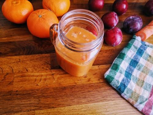 Koktajl z marchewką, śliwkami, pomarańczą i imbirem