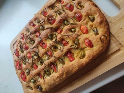 Foccacia z oliwkami pomidorami i rozmarynem
