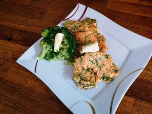 Kotlety z łososia z warzywami