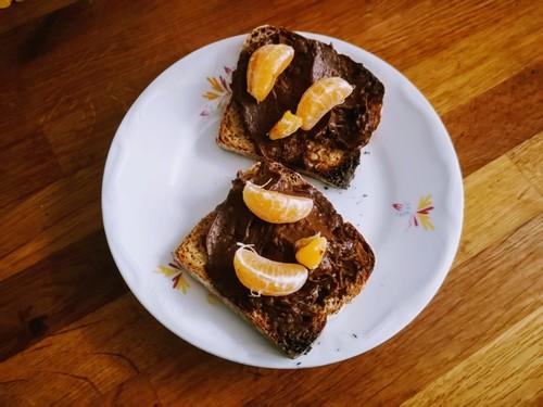Kanapka z mandarynką i kremem czekoladowym