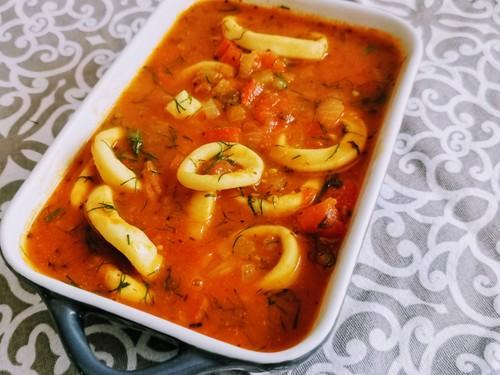Krążki kalmarowe w sosie pomidorowym