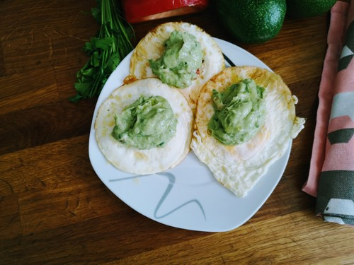 Jajka sadzone z guacamole