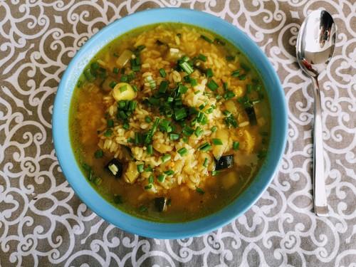 Zupa rybna z warzywami, ryżem i curry